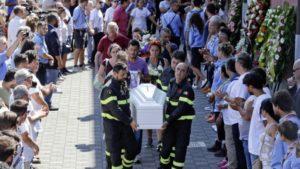bomberos-llevan-feretro-Italia