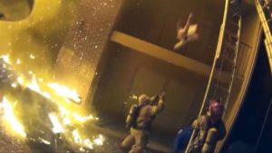 El heroico bombero que atrapó con sus brazos a una niña que caía de un balcón en llamas