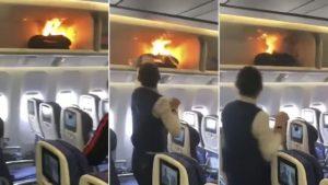 Una valija dentro del compartimento en un avión se incendió por el cargador de batería del teléfono móvil