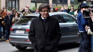 """El ex presidente catalán Carles Puigdemont le propuso a Mariano Rajoy reunirse """"fuera de España"""""""